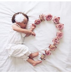 😍 Cute 😘❤️ Baby Love – jennifer Newborn baby photo shoot idea for a baby girl: Use flowers to create a heart. So Cute Baby, Baby Kind, Baby Love, Baby Baby, Adorable Babies, Funny Babies, Baby Girls, Babies Pics, Babies Clothes