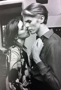 David Bowie & Candy Clark, The Man Who Fell To Earth, Mary-Lou (Candy Clark) and Thomas Newton (David Bowie). Glam Rock, David Bowie Music, The Bowie, Aladdin Sane, Bowie Starman, The Thin White Duke, Goblin King, Pretty Star, Candy Clark