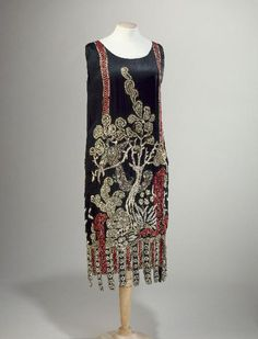 Evening dress, black silk satin, beads embroidery (Chinese landscape with birds), Jean Patou, 1925 1900s Fashion, Vintage Fashion, Vestido Art Deco, Style Année 20, 1920s Style, Jean Patou, Vintage Dresses, Vintage Outfits, 1920s Outfits