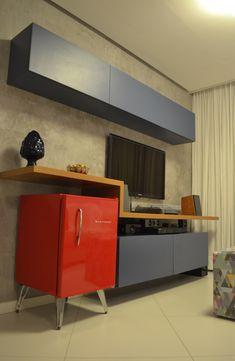 Destaque para o home na cor azul e frigobar Brastemp vermelho da linha Retrô. Projeto Unio Arquitetura