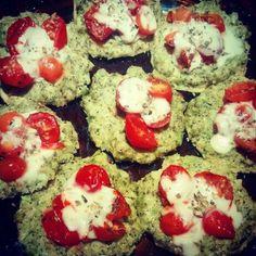Pizzetas de brocoli  Encontra la receta en:  https://m.facebook.com/comesano.cambiatuvida.com.ar #brocoli #paleo #queso #tomate #pizzetas #pizza #food #saludable #comida #paleo