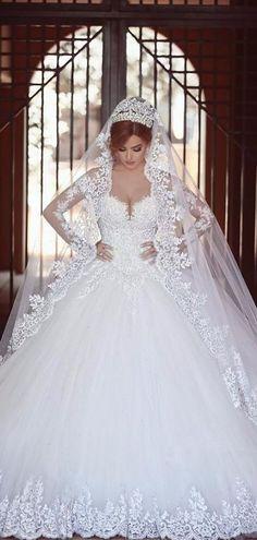 Coucou les filles Ce soir je vous propose une jolie inspiration sur les robes de mariée coupe princesse Je sens que ça va faire plaisir à plus d'une hihihi Quelle est votre robe préférée ? 1 2 3 4 5 6 7 8 9