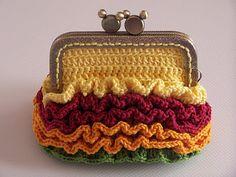 Inspiración: bolso o monedero, no estoy muy segura. Curioso el detalle del cierre con cabecitas de Mickey Mouse.