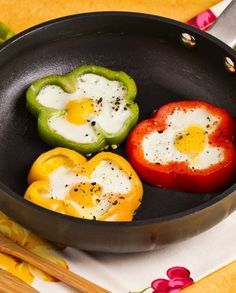 Eggs in peppers Cute Food, Good Food, Yummy Food, Un Diner Presque Parfait, Eggs In Peppers, Cooking Recipes, Healthy Recipes, Food Decoration, Food Presentation