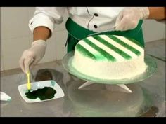 Bolos decorados. Técnica com escovinha para pintar de verde.