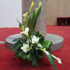 #대치2동성당 #독서대#카라#크루쿠마 Table Arrangements, Floral Arrangements, Wedding Altars, Candy Bouquet, Arte Floral, Corporate Design, Ikebana, Fruit Trees, Flower Decorations