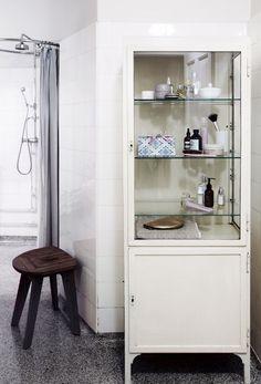 Find mere inspiration til indretningen af dit badeværelse på madogbolig. Bathroom Medicine Cabinet, Small Bathroom, Bathroom Inspiration, Small Bathroom Makeover, Bathroom Decor, Bathroom Makeover, Stunning Interiors, Closet Vanity, Bathroom