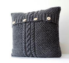 Tricoté housse de coussin gris - câble tricot cas de coussins décoratifs - décor fait à la main à la maison  Fait sur commande à la main. Il sera prêt dans deux semaines après votre achat.  Spécifications: Contenu en fibre: 50 % laine / 50 % acrylique (agréable pour contact) De la technologie: fermeture - 4 boutons en bois, pas de doublure à l'intérieur. Taille : sur mesure Couleur: gris foncé ou ivoire Statut : Fait sur commande  Housse de coussin tricoté à la main à la maison…