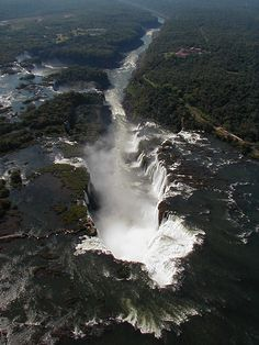 Aerial view of Garganta do Diabo, Iguaçu Falls, Brazil (by Louise Pedroso).