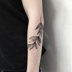 Blatt Tätowierung: Diese 50 wunderschönen Blatt Tätowierungen werden Sie dazu inspirieren, eine zu bekommen - Beste Tattoo Ideen Tatuaje de hoja: estos 50 hermosos tatuajes de hoja te inspirarán a hacerte uno y arte corporal Girl Arm Tattoos, Tattoo Girls, Leaf Tattoos, Body Art Tattoos, Tribal Tattoos, Sleeve Tattoos, Tatoos, Hipster Tattoo, Trendy Tattoos