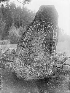 "asatru-ingwaz: ""Rune stone, Stenkvista, Södermanland, Sweden Rune stone in Stenkvista, with a Thor's Hammer. The inscription says: ""Helge and Fröger and Torgöt raised rune-decorated landmarks in. Art Viking, Viking Runes, Viking Ship, Ancient Runes, Ancient Art, Art Scandinave, Viking Pictures, Les Runes, Nordic Runes"
