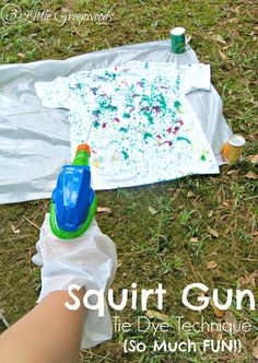 Squirt Gun Tie Dye Technique MUST Pin Tie Dye Idea for a Summer Fun Party! Squirt Gun Tie Dye Technique is super fun with squirt guns and fabric dye! by 3 Little Greenwoods Tye And Dye, How To Tie Dye, How To Dye Fabric, Summer Camp Activities, Fun Activities For Kids, Family Activities, Summer Crafts, Summer Fun, Summer Parties