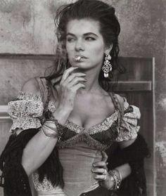 cordula reyer 'gitane' by herb ritts Gypsy Chic, Gypsy Life, Gypsy Soul, Bohemian Gypsy, Gypsy Eyes, Hippie Style, Bohemian Style, Christy Turlington, Des Femmes D Gitanes