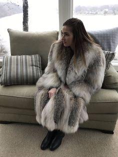 Cute girl in soft fuzzy lynx Lynx, Fur Fashion, Womens Fashion, Long Fur Coat, Cosy Outfit, Fabulous Fox, Stunning Brunette, Fox Coat, Furano