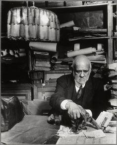 Ambroise Vollard dans son bureau avec son chat, 1934    |    Brassaï