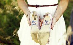 pour de jolis photos et pour garder en souvenir, une dédicace sur les chaussures de la mariée ...