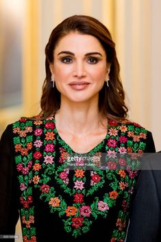 ♔♛Queen Rania of Jordan♔♛.Royal Family Around the World: King Abdullah II Of Jordan And Queen Rania Of Jordan On Official Visit In The Hague : Day One on March 2018 Beauty And Fashion, Royal Fashion, Desi Wedding Dresses, Bridal Dresses, Prom Dresses, Embroidery Dress, Hand Embroidery, Queen Rania, King Abdullah