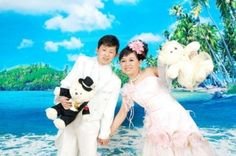 Çin'de 100 den fazla cüce vatandaş turistik amaçla hazırlanan Cüce Krallığı temalı parkta yaşamlarını sürdürüyor. Yunnan eyaletindeki Kunming Kelebek Bahçesi'nde kurulan 'Cüceler Krallığı'nın sıradışı hikayesi Biricik Dünyam'da http://www.biricikdunyam.com/cuce-kralligi/