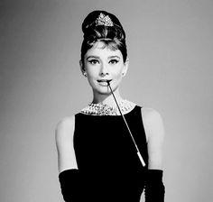 BREAKFAST AT TIFFANY'S (Diamants sur canapé) – Blake Edwards (1961) – Audrey Hepburn, George Peppard. Adapté de la nouvelle de Truman Capote L'histoire : Paul Varjak, un écrivain, emmén…