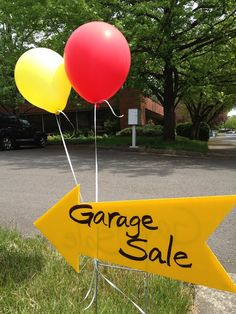 Inspired Whims: Garage Sale Tips & Tricks.this sign is perfect pointing in the right direction! Garage Sale Signs, Yard Sale Signs, For Sale Sign, Garage Sale Organization, Organizing, Organization Station, Organization Ideas, Rummage Sale, Bake Sale