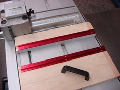 This video shows the use and construction of a Fritz and Franz jig for the slider. This enables you to safely cut small work pieces on the sliding table saw.