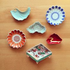 美しい豆皿。艶やかで眺めてるだけで幸せな気持ちになりますね。 Japanese Porcelain, Japanese Ceramics, Japanese Pottery, Japanese Colors, Japanese Design, Japanese Art, Ceramic Tableware, Porcelain Ceramics, Tea Bowls