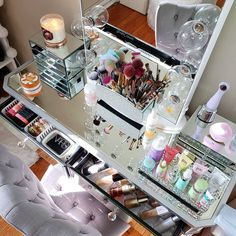 Hello beauty community,  Who's ready for the weekend? 🙋♀️ I love organize my makeup 💁♀️💕 have a beautiful day my beauties 😘 . . . Quien… Makeup Storage Display, Makeup Organization, Have A Beautiful Day, Makeup Yourself, Organize, Skincare, Vanity, Community, Luxury