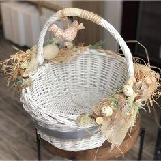Easter Baskets, Gift Baskets, Some Bunny Loves You, Sweet Box, Basket Decoration, Easter Crafts, Easter Eggs, Floral Arrangements, Diy And Crafts