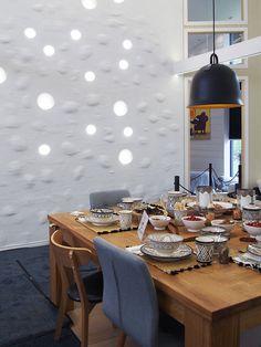 """Marikan ideaa ylistetään somessa - vanhat lautaset saivat uuden elämän ikkunassa: """"Miten tuo on tehty?"""" Conference Room, Table Decorations, Furniture, Home Decor, Decoration Home, Room Decor, Home Furnishings, Home Interior Design, Dinner Table Decorations"""