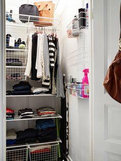 Stadshem - Smart förvaring i liten klädkammare. Compact Living, Walk In Closet, Cribs, Small Spaces, Home Improvement, Storage, Interior, Vintage, Sleep