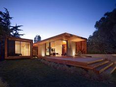 Analizaremos el diseño de unahermosa casa de un piso con fachadas e interiores de madera, en los planos conoceremos un ejemplo de la correcta zonificación de ambientes (zona privada y zona socia…