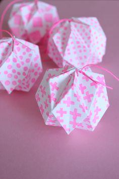 DIY - Origami Balls II Ornaments folded for each - Quilled Paper Art Origami Ball, Diy Origami, Origami Simple, Origami Love Heart, Origami Paper Folding, Origami Star Box, Origami And Quilling, Quilled Paper Art, Paper Quilling Designs