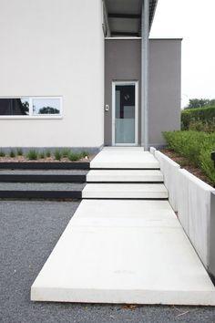 Eurodal concrete white stairs with catwalk Design Patio, Beton Design, Garden Design, Modern Landscaping, Front Yard Landscaping, Landscaping Ideas, Modern Exterior, Exterior Design, Casa Patio