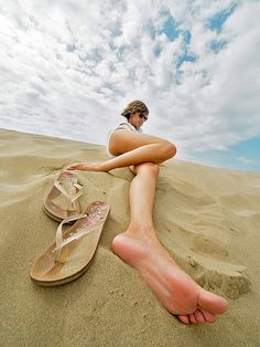 love this idea for beach photos! Human Poses Reference, Pose Reference Photo, Perspective Photography, Photography Poses, Dramatic Photography, Kids Photography Boys, Photos Corps, Applis Photo, Barefoot Girls