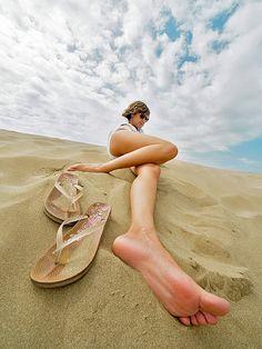 love this idea for beach photos! Action Pose Reference, Human Poses Reference, Action Poses, Photo Reference, Creative Photography, Photography Poses, Kids Photography Boys, Photos Corps, Arte Punk