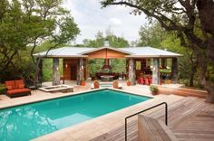 cuisine extérieure couverte revêtement terrasse bois meuble bain soleil éclairage solaire bassin rond Outdoor Gazebos, Outdoor Rooms, Outdoor Living, Outdoor Kitchens, Outdoor Cooking, Fun Cooking, Outdoor Furniture, Pool House Designs, Swimming Pool Designs