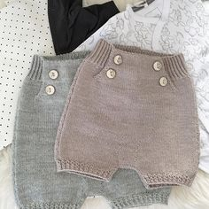 """67 likerklikk, 5 kommentarer – Hanne Hagen (@hanneohagen) på Instagram: """"To små shortser ferdig #skjønnas-shorts #klompelompe #drops #barnebarn #strikkedilla #strikkeglede…"""""""