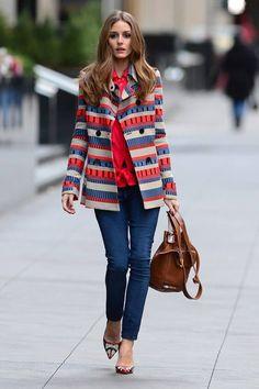Que tal uma inspiração colorida para arrasar no inverno?  A Olivia Palermo fez uma ótima combinação! Escolhendo um casaco colorido, blusa coral, calça jeans (skinny), sapatilha estampada e bolsa marrom.  Ela Criou um look fashion e alegre para o dia a dia. #inspire-se #fashion #winter
