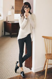 Business casual work outfit: white sweater, black and white polka dot pants, black oxfords. Mode Outfits, Casual Outfits, Geek Chic Outfits, Geek Outfit, Outfit Work, Pants Outfit, Casual Wear, Fall Outfits, Oxford Shoes Outfit