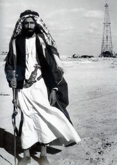 Sheikh Zayed Al Nahyan of Abu Dhabi. Considered the Father of Abu Dhabi. Photographs Of People, Vintage Photographs, Uae National Day, Arab World, Tribal Belly Dance, We Are The World, Le Far West, Arabian Nights, Belly Dancers