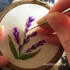 Bordado com passo a passo How to learn embroidery Embroidery Floss Crafts, Hand Embroidery Videos, Hand Embroidery Flowers, Embroidery Stitches Tutorial, Flower Embroidery Designs, Creative Embroidery, Sewing Stitches, Learn Embroidery, Embroidery Hoop Art