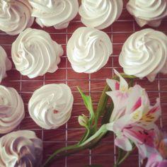 Rose-scented meringues Crystal Palace, Meringue, Treats, Baking, Crystals, Rose, Flowers, Desserts, Plants