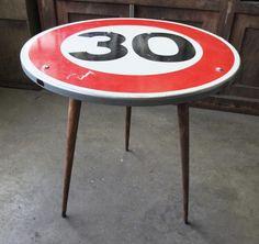 Table panneau de signalisation vitesse 30 km/h. Style table de bistrot Montée sur des pieds de table traditionnels au look vintage. Remise en mains propres uniquement. Possibi - 17197194