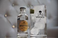 Uno de los ingredientes fundamentales a la hora de elaborar un buen gin-tonic es la tónica, y nosotros te proponemos la unión perfecta: VONES Gin y tónica Britvic.  Descubre más sobre esta tónica en nuestro #blog #VONESGin #gin #ginebra #Britvic #blogVONES