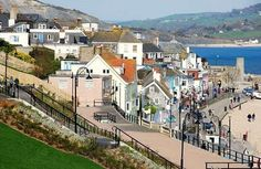 Lyme Regis in Dorset (Photograph by Eugene Birchall) The South Coast of England does not suffer from the lack of lovely seaside towns, with. England Uk, Dorset England, Places To Travel, Places To Visit, Weymouth Dorset, Exeter Devon, Fossil Hunting, Lyme Regis, Jurassic Coast