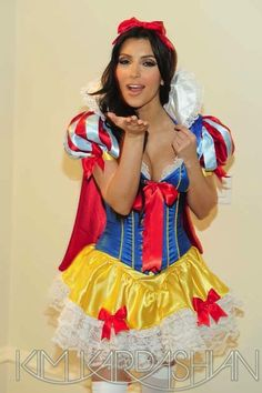 Kim Kardashian in Snow White Cosplay. Kim Kardashian Halloween Costume, Costumes Sexy Halloween, Fantasy Costumes, Girl Costumes, Costume D'halloween Fille, Snow White Costume, Tv Girls, Halloween Disfraces, Girly Outfits