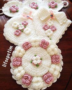 Çeyiz Sandığı Lif Modelleri Crochet Flower Tutorial, Crochet Flower Patterns, Crochet Motif, Crochet Doilies, Crochet Flowers, Crochet Stitches, Knitting Patterns, Crochet Toilet Roll Cover, Crochet Collar