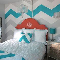 chevron. quarto de casal azul, turquesa e coral com estampa chevron na cama e no tecido aplicado nas paredes.
