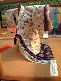 京都市下京区にある風俗博物館のこと。  平安の遊び~貝合せ~ に引き続き、 2007年1月に撮影した風俗博物館の展示の様子です。  東の対 東廂 「歳暮の衣配り~女君達の装束紹介~」が 展示されていました。  舞台は、母屋(もや)と見立てられています。    <博物館レジュメよ...