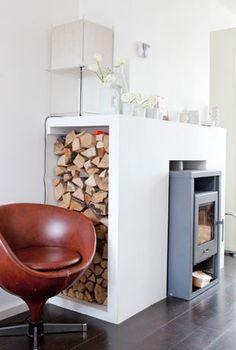 Bepaal voor je een haard kiest waarom je een haard wilt, hoeveel vermogen je nodig hebt en welke brandstof je wilt gaan gebruiken. Boho Living Room, Interior Design Living Room, Home And Living, Fireplace Beam, Fireplace Design, Fireplaces, Bungalow Exterior, Wood Store, Fireplace Accessories